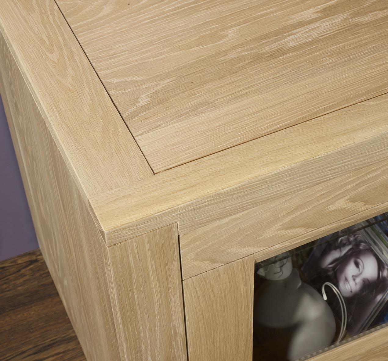 Meuble tv 2 portes vitr es en ch ne massif de style for Meuble orme massif contemporain