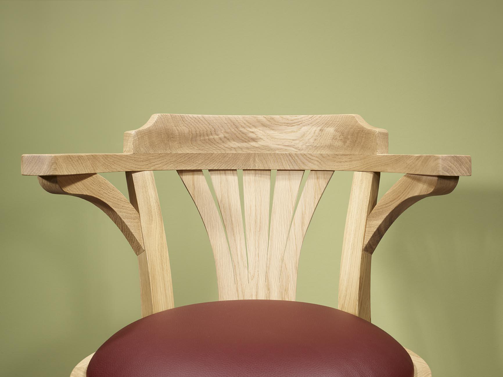 fauteuil de bureau en ch ne massif pivotant assise bordeaux finition ch ne bross naturel. Black Bedroom Furniture Sets. Home Design Ideas