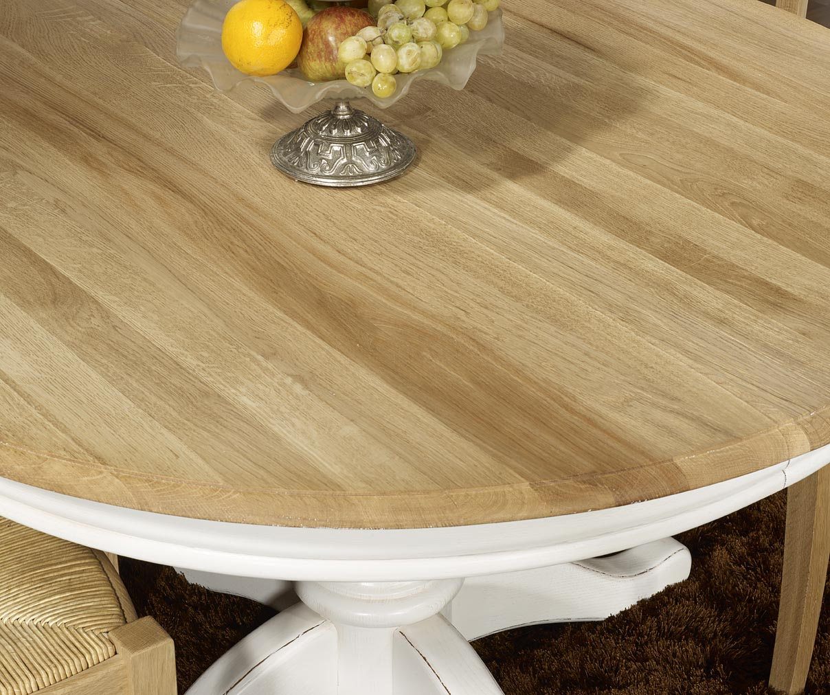 Table ronde pied central en ch ne massif de style louis for Table ronde bois blanc avec rallonge