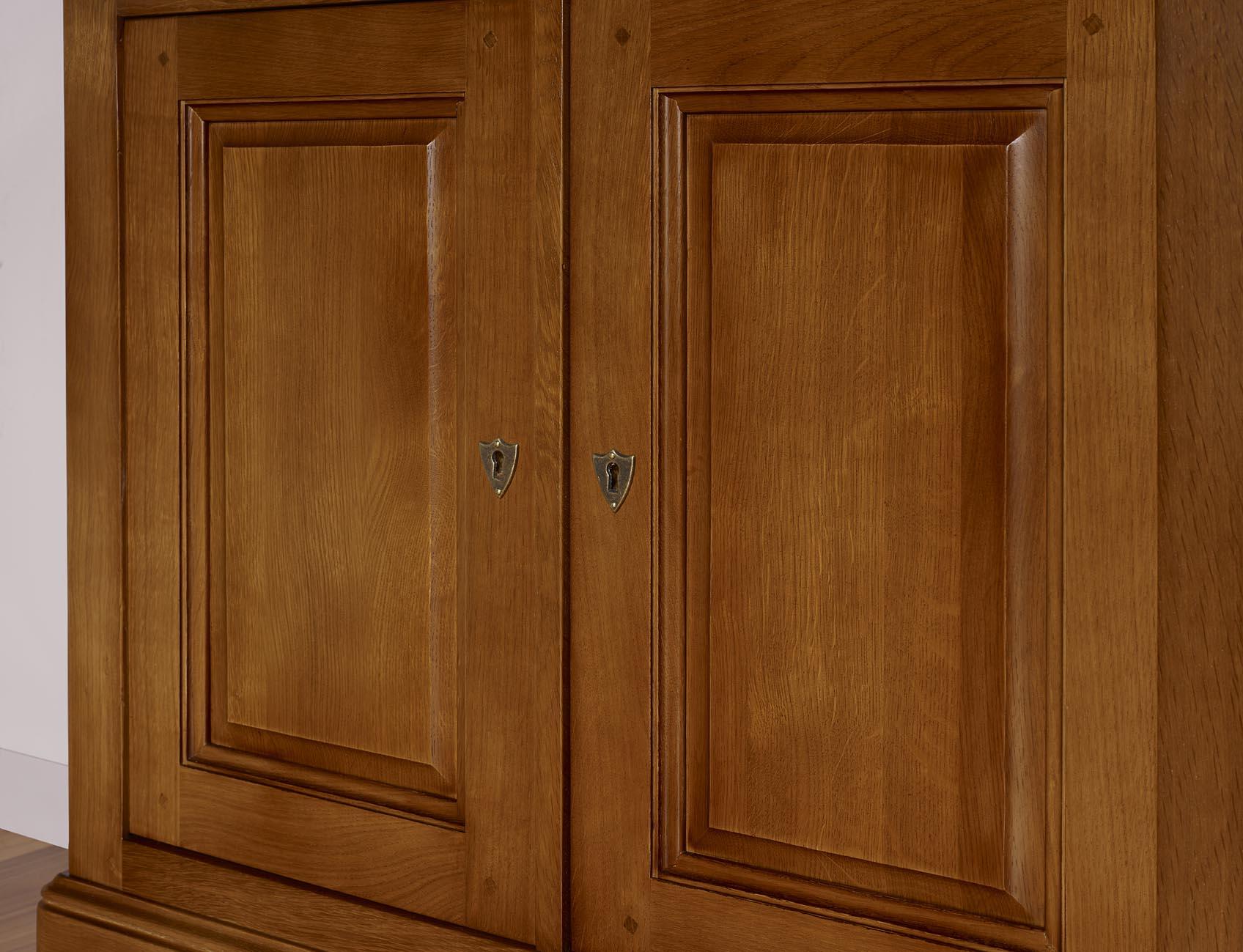 petit buffet 2 portes en ch ne massif de style louis. Black Bedroom Furniture Sets. Home Design Ideas