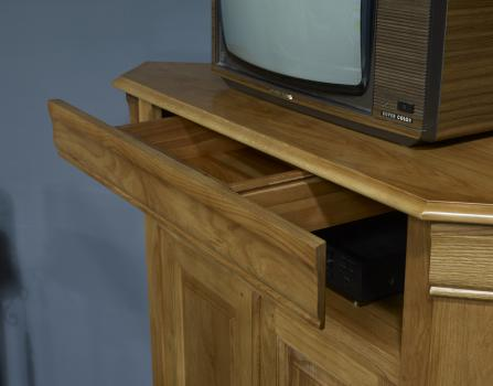 meuble tv d 39 angle arnaud en ch ne massif de style louis philippe meuble en ch ne. Black Bedroom Furniture Sets. Home Design Ideas